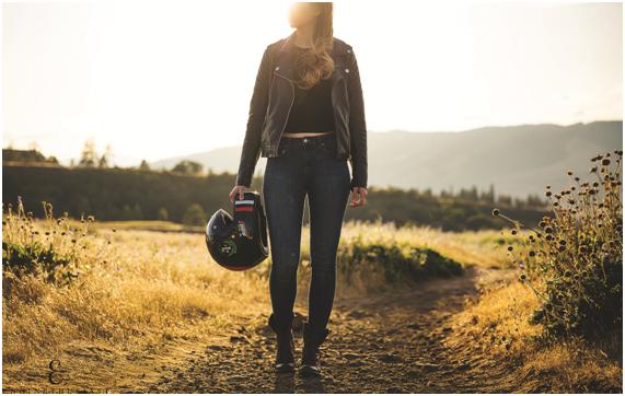 ¿Por qué es vital usar casco al andar en moto?
