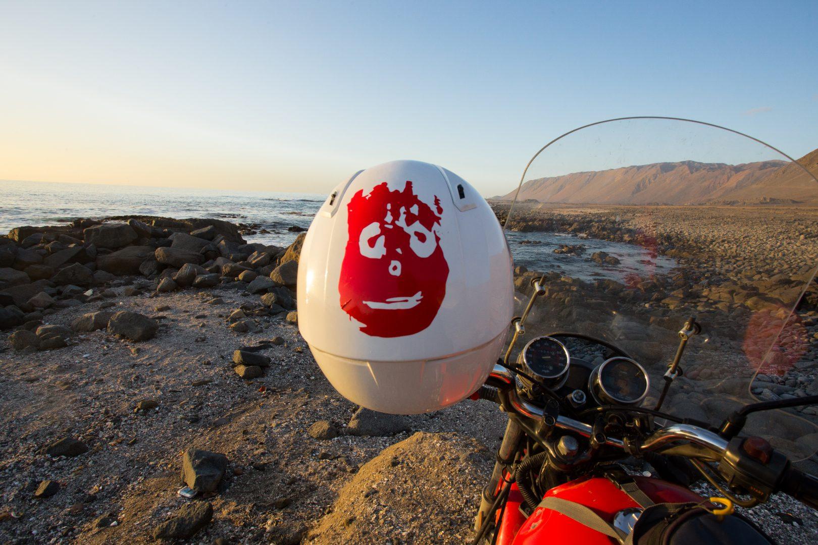 ¿Qué equipo utilizó Cabeza para viajar en moto de Córdoba a Perú?