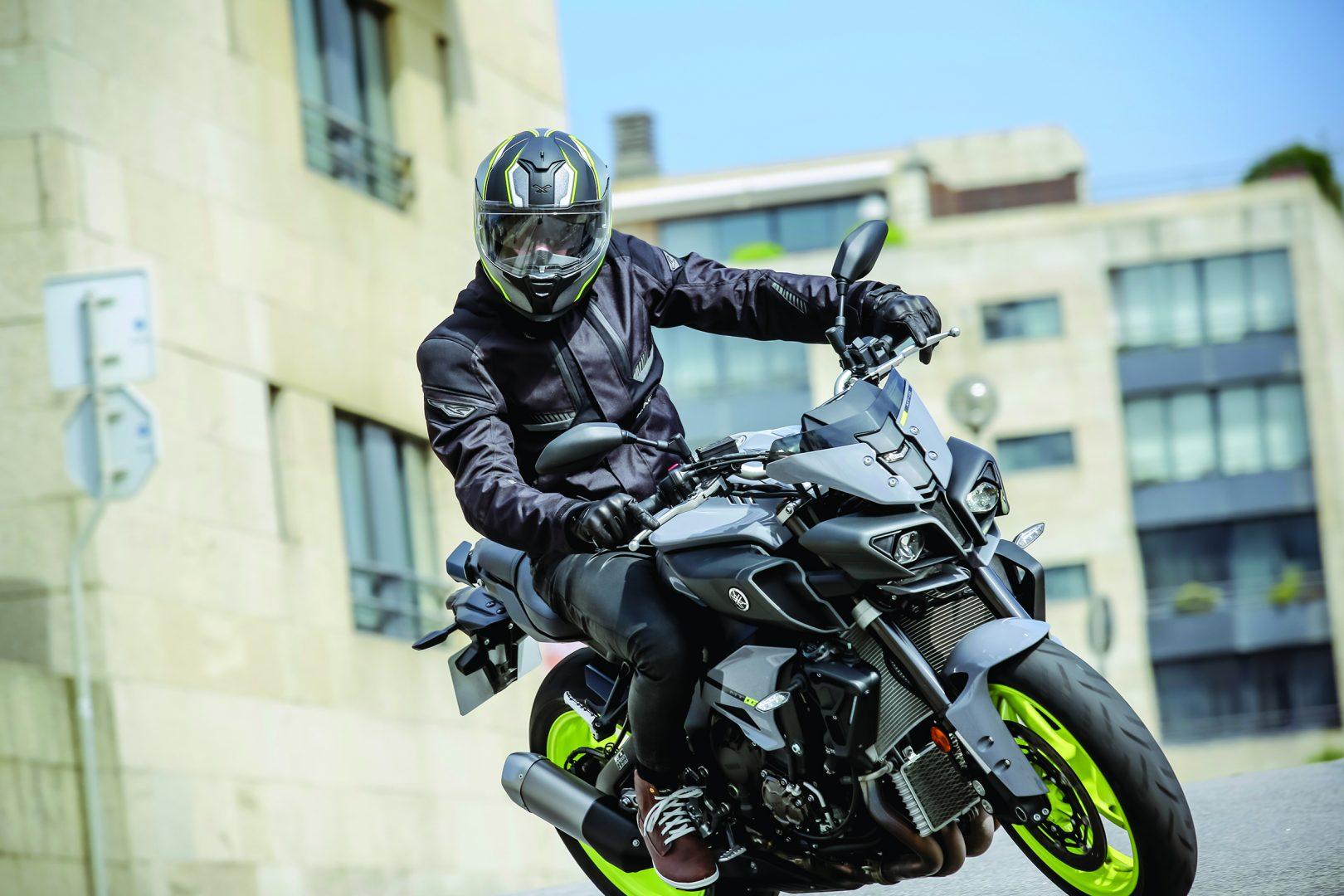 ¿Qué indumentaria para motos es recomendable usar cuando hace frío?
